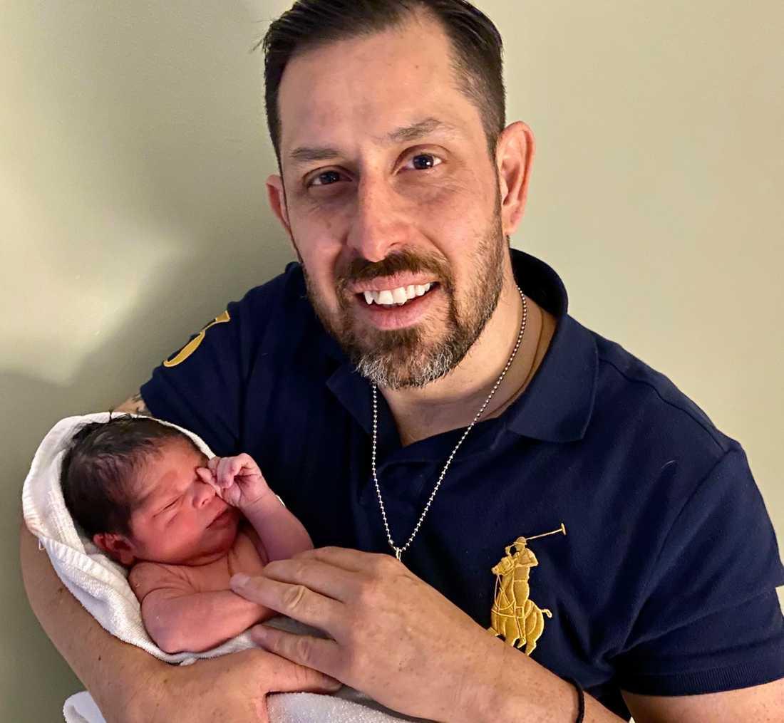Dogge Doggelito med nyfödda sonen Manolo.