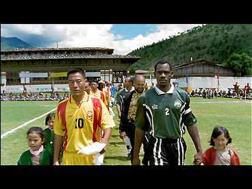 SÄMST I VÄRLDEN På en sliten gräsplan, på fotbollens absoluta bakgård, vandrar Bhutans och Montserrats lagkaptener in för att göra upp - om vilket lag som är sämst.