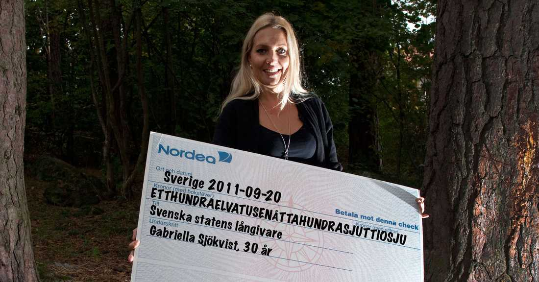 Statsskulden för varje svensk är 111 877 kronor just nu, en minskning med 635 kronor från 2010. Sedan millenieskiftet har Gabriella Sjökvist, 30, för Aftonbladets räkning  illustrerat varje enskild svensks del av skulden.