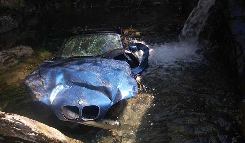 PERFEKT LANDNING Bilen landade på alla fyra hjulen, precis på ett vattendrag. Det räddade parets liv.