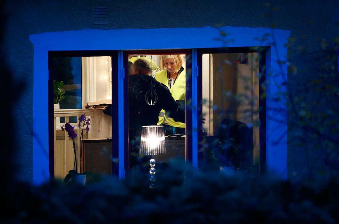 Polisens tekniker i huset där den misstänkte mördaren hittades i källaren med två pojkar.