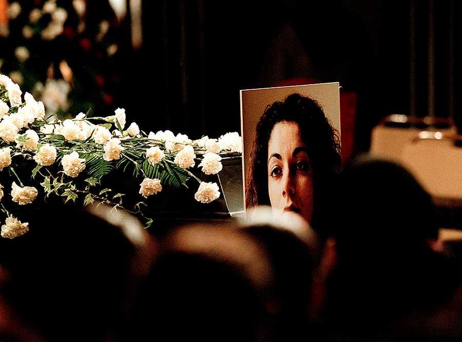 BLEV EN VÄCKARKLOCKA Regeringen borde ta femtonårsminnet av mordet på Fadime Sahindal som utgångspunkt för ett brett samtal i hela samhället.