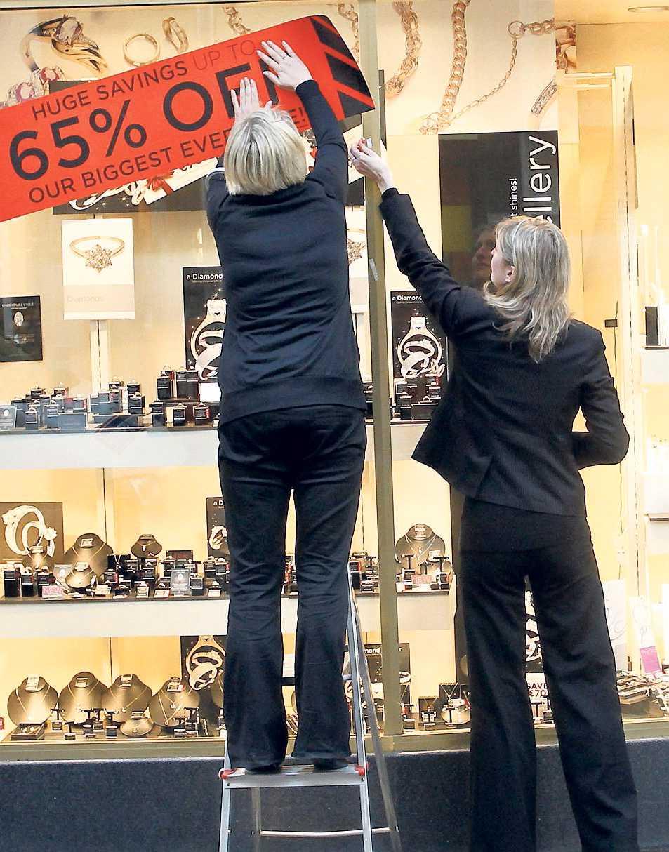 ALLT SKA BORT Utförsäljning i lågkonjunkturens Dublin. Efter nya tuffa sparkrav från EU väntar svåra år för Irlands folk.