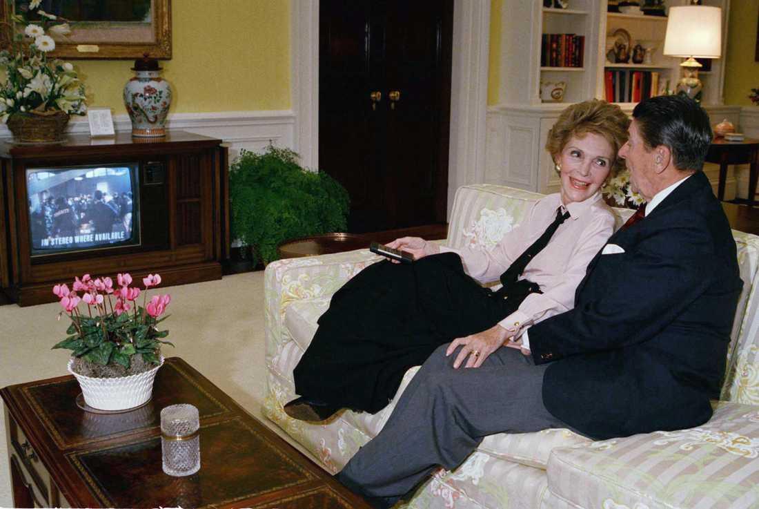 Så här såg det ut i bostadsdelen av Vita huset i slutet av Ronald Reagans presidenttid. Här tittar han och hustrun Nancy på tv valkvällen den 8 november 1988.