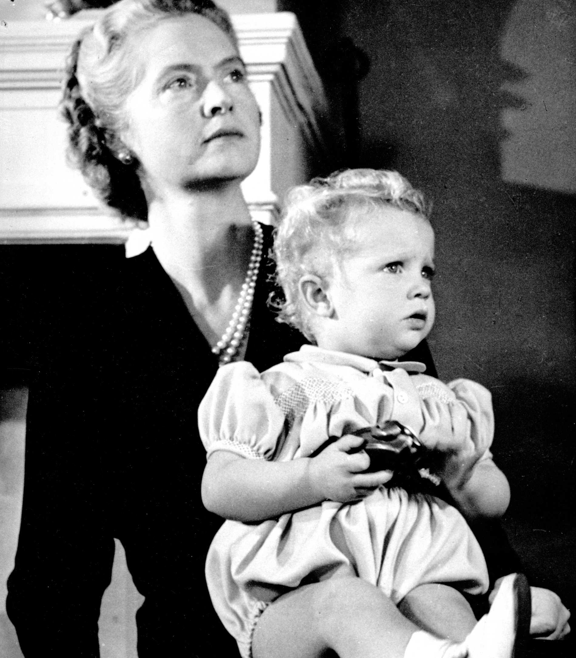 Prins Carl Gustaf med sin mamma prinsessan Sibylla.