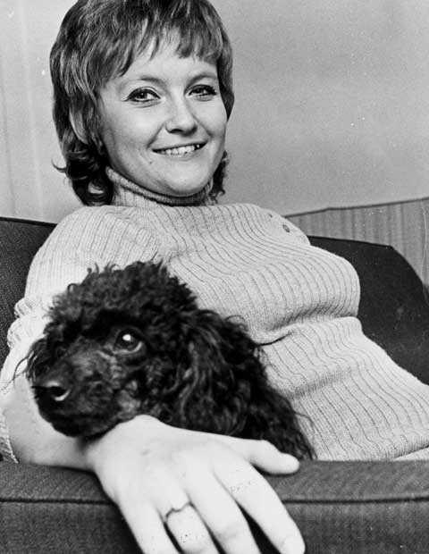 """lyckliga gatan Anna-Lena Löfgrens största hit kom 1967, """"Lyckliga gatan"""" låg på Svensktoppen i 14 veckor. Hon avled i går efter en lång tids ssjukdom, 66 år gammal."""