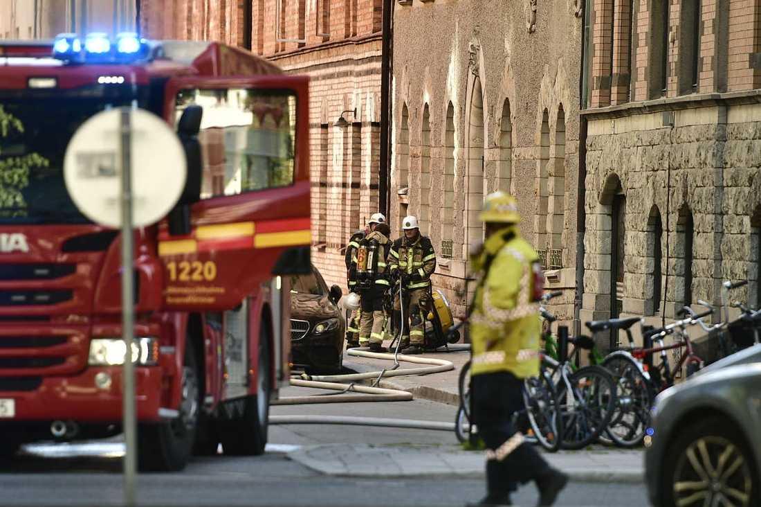 17.13 på midsommardagen kom larmet om en brand i en lägenhet på Östermalm, Stockholm.