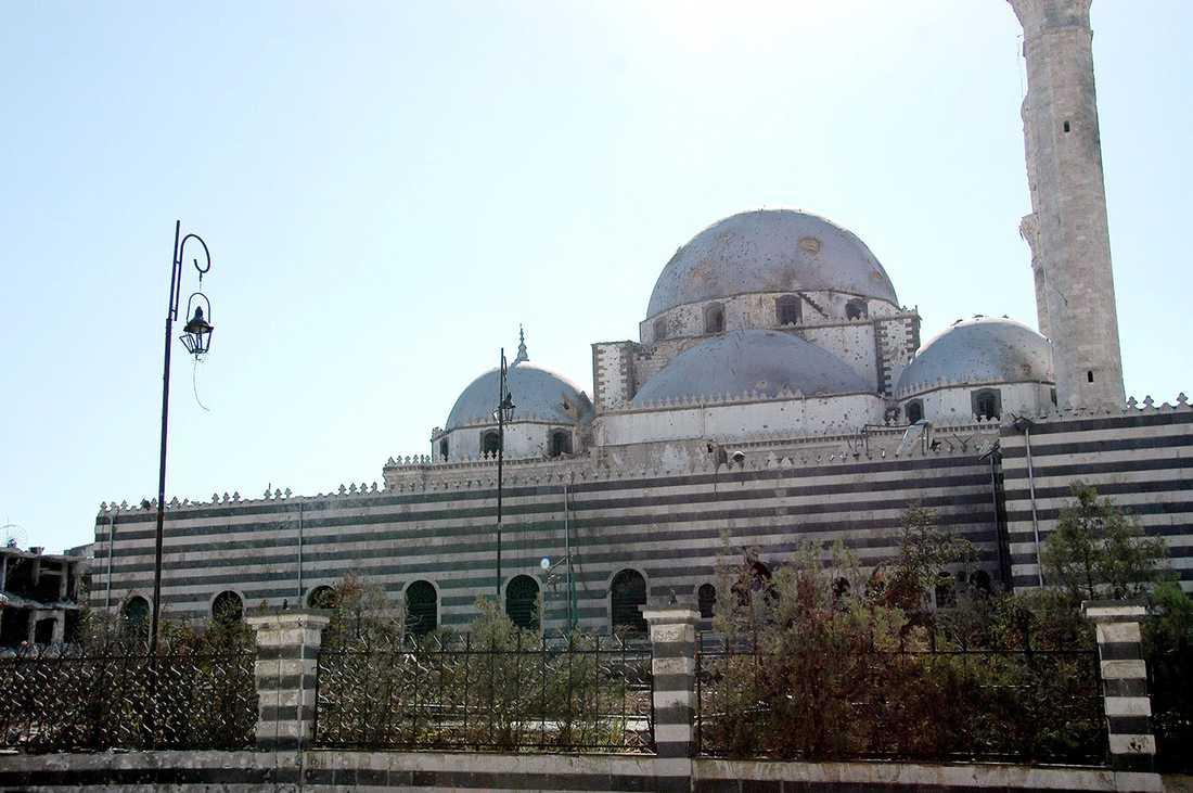 Moskén har varit symboliskt viktig för motståndet mot regimen. I de hårda striderna har moskén skadats.