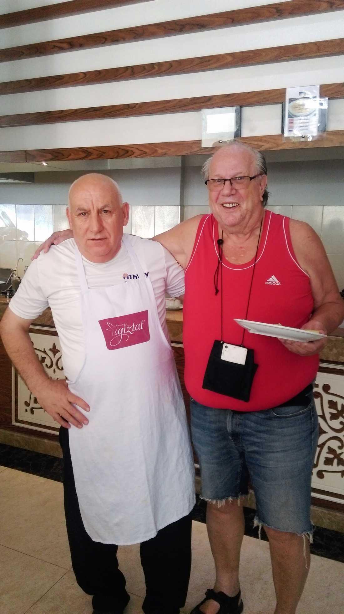 Björn Andersson, till höger, har inte fått någon information om morgondagens hemresa från Antalaya.
