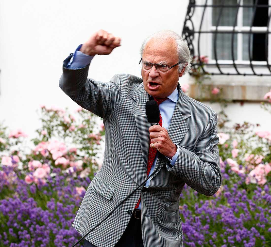 SÅNGFIRANDE Kung Carl Gustaf får en sångupplevelse i 70-årspresent av Stockholms stad.