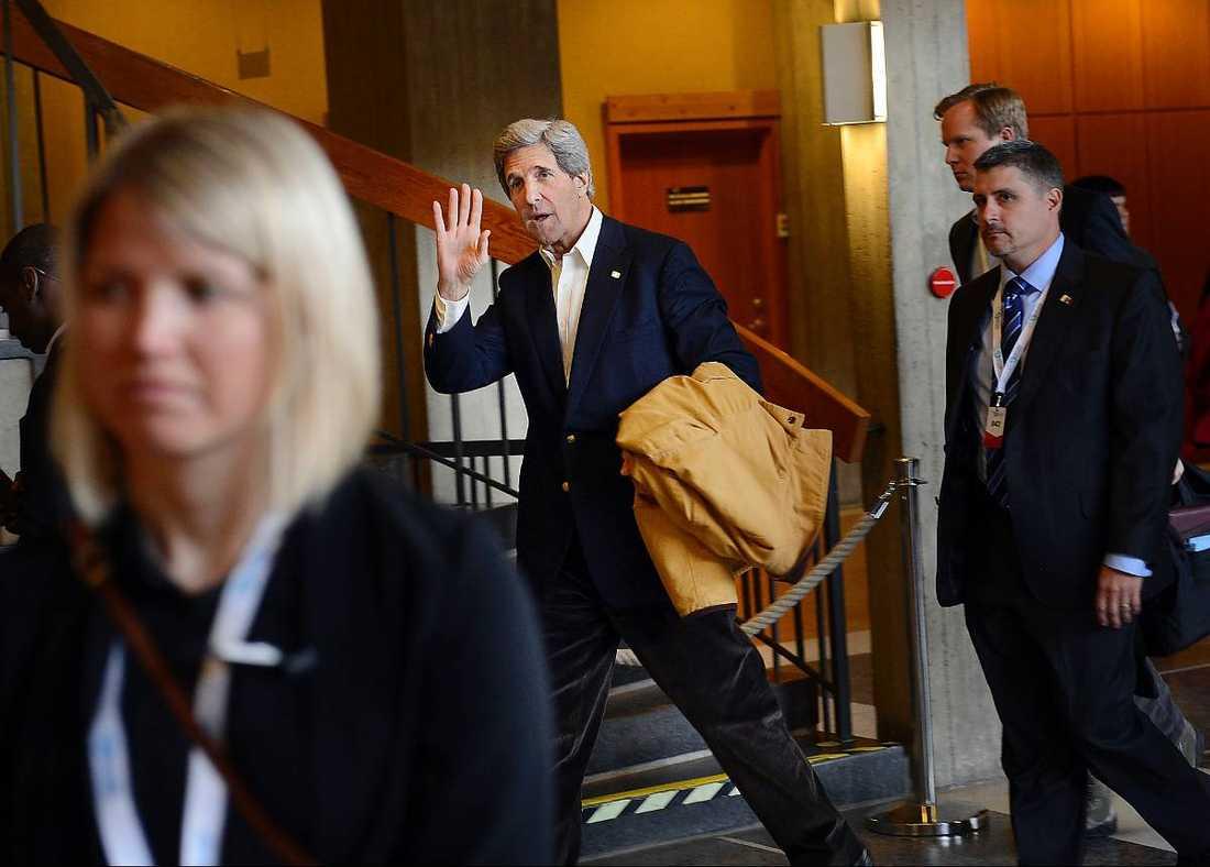 Kerry vinkade adjö och försvann till sitt regeringsplan.