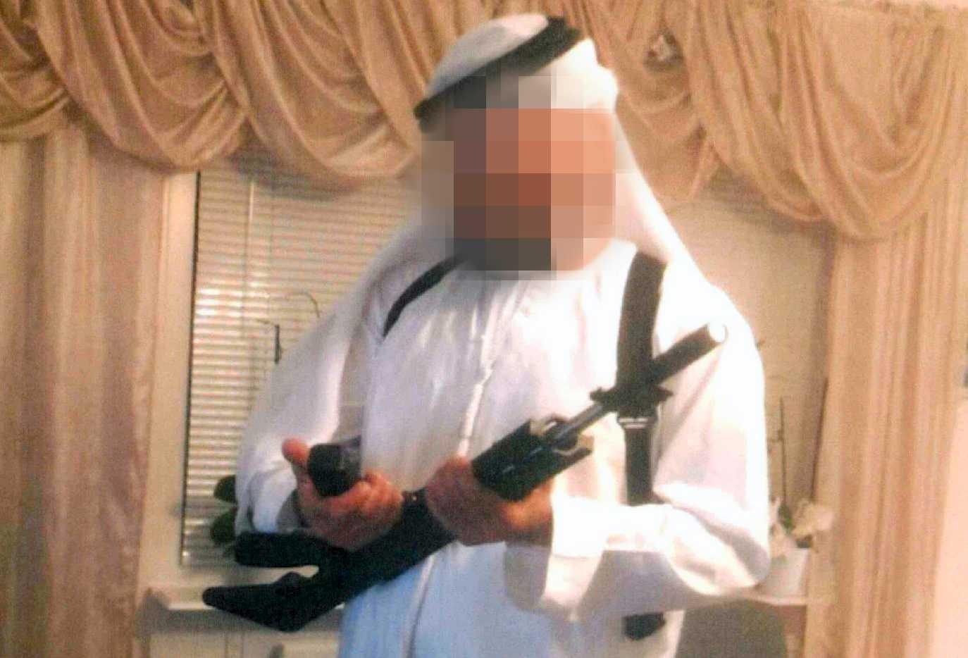 Halas make var vapenintresserad och satte upp övervakningskameror i lägenheten, enligt polisens förundersökning.