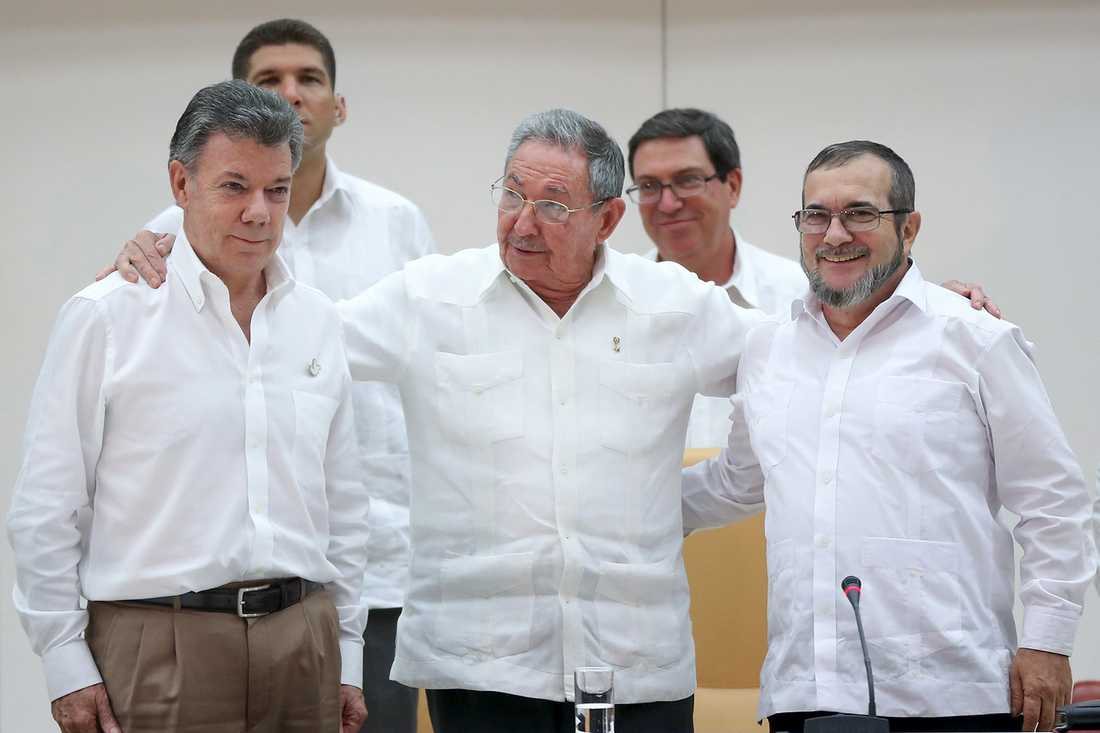 Från vänster: Colombias president Juan Manuel Santos, Kubas president Raúl Castro och Farc-ledaren Rodrigo Londoño Rodrigo Londoño möttes i Havanna.