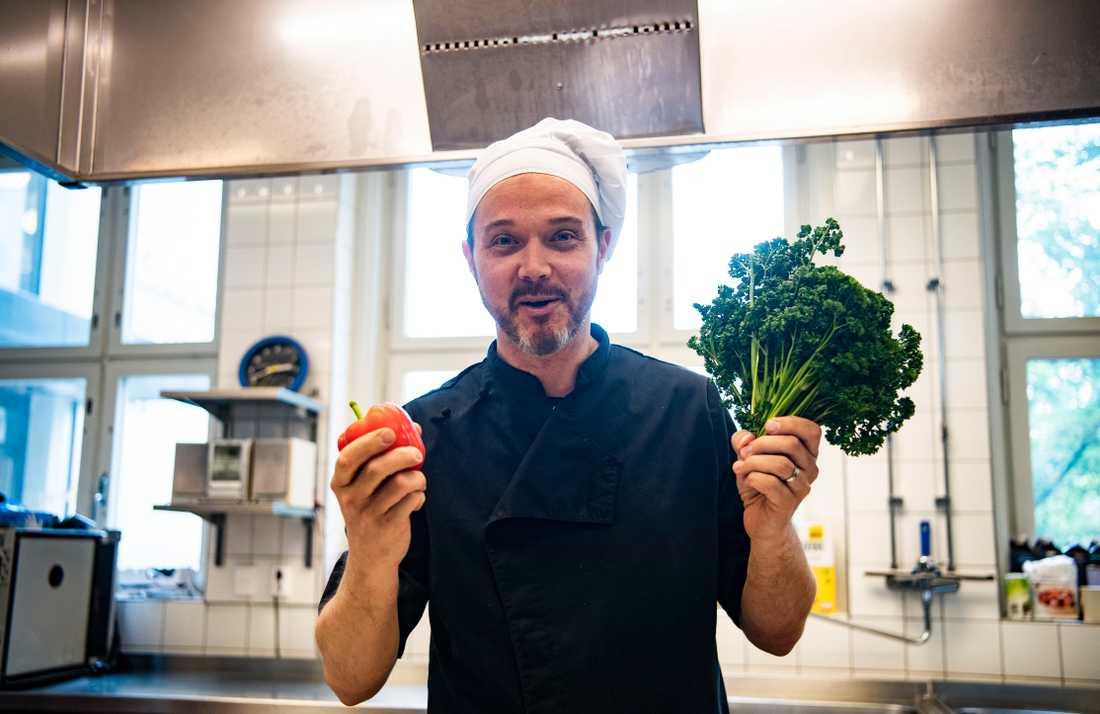 Många söker sig till Globala gymnasiet just för maten, enligt skolkocken Magnus Naess.