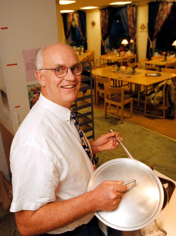 Roger Akelius flera gånger tidigare skänkt pengar till olika organisationer. Här en bild från 1998 då finansmannen donerade tio miljoner kronor till Frälsningsarmén och startade ett soppkök.