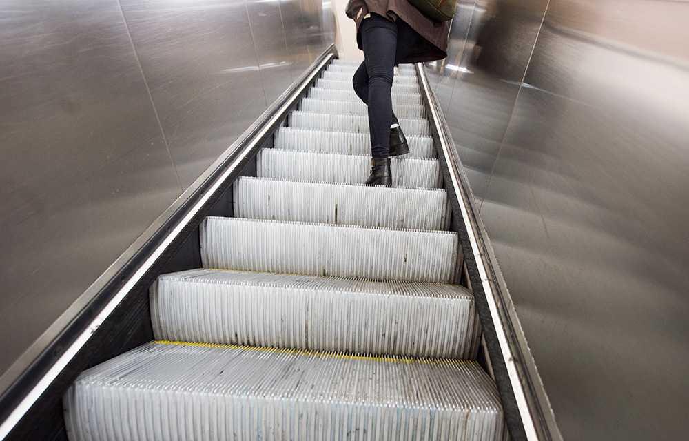 Stockholms lokaltrafik, SL, har på grund av säkerhetsskäl stängt av flera rulltrappor på tunnelbanestationerna.