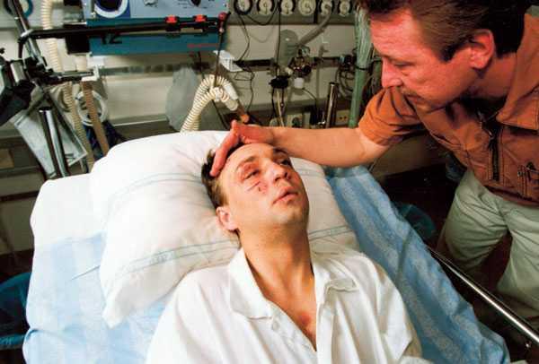 Christer med sin bror Danne på Södersjukhuset när respiratorn kopplats ur och han börjat andas själv igen.