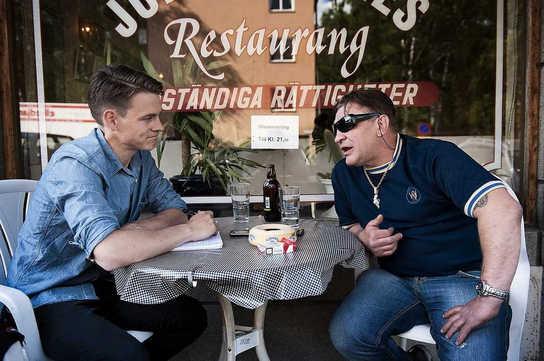 När Aftonbladets reporter Martin Ekelund träffar före detta porrklubbsägaren Mille Markovic beskriver han hur budgivningen om bilderna på kungen i pikanta situationer började på 10 miljoner kronor och därefter dubblerades.