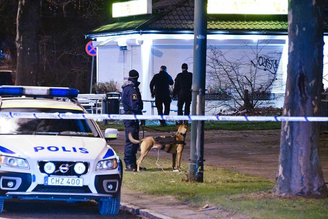 Den skadade hittades bakom en falafelrestaurang på Rosengård.