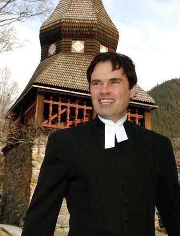 Prästen Richard Aspegren lovordade brudparets mod i sitt tal.