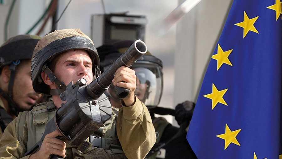 En israelisk soldat skjuter tårgas vid palestinska protester på Västbanken. Den israeliska regeringens linje innebär att man är beredd att med våld komma att utplåna förutsättningarna för en tvåstatslösning. Då måste EU reagera, skriver debattörerna.