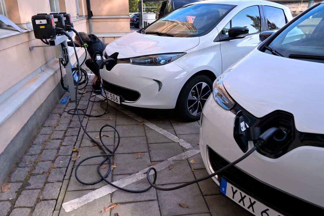 50 procent av personbilarna i Sverige kan vara rena elbilar eller laddhybrider 2030, enligt en rapport från Stockholms handelskammare. Arkivbild