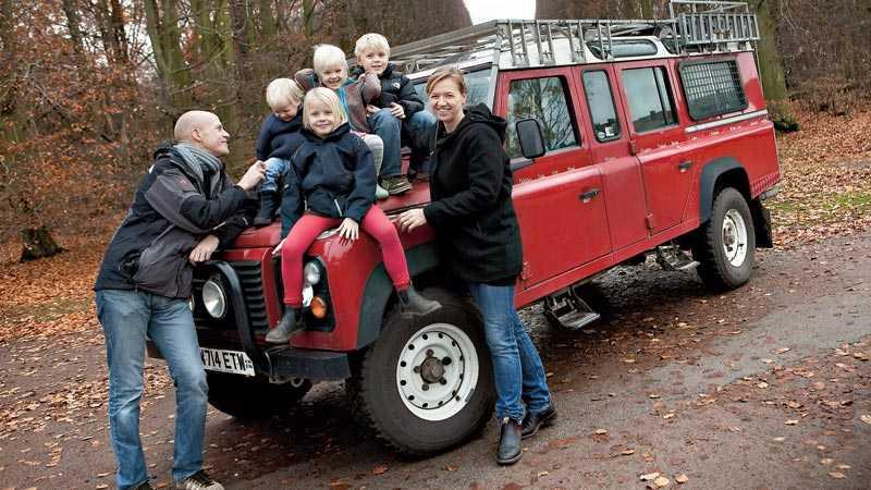 Inga söndagsåkare Familjen Ringdahl består av pappa Ola, mamma Nina, Temba, 9 år, Disa, 6 år, Tinna, 4 år och Atlas, 2 år. Bilen, en Land Rover, var deras hem under hela resan.