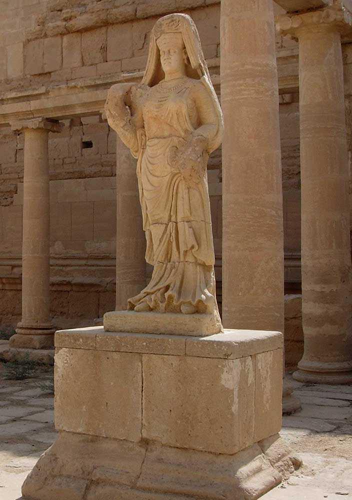 En staty föreställande en kvinna, i Hatra