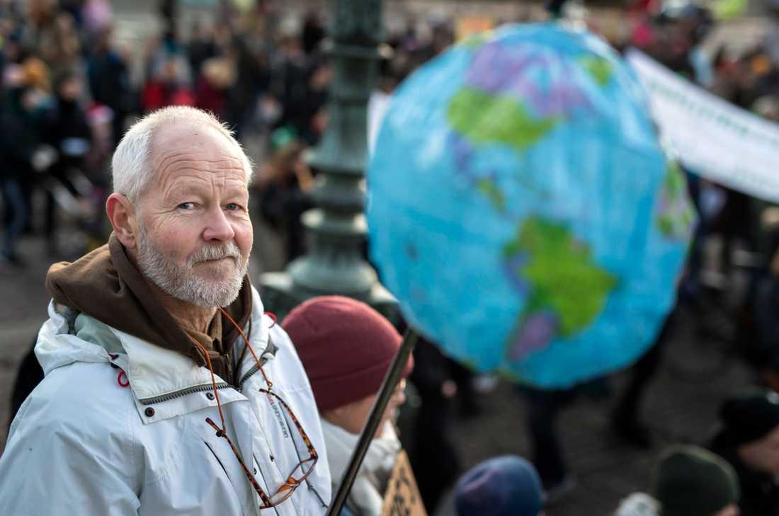 Dan Claesson från Kungälv höll upp en symbolisk jordglob på väg att kollapsa.