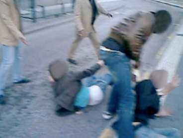 Misshandeln inleds när Jonas och Patrik säger till gänget att sluta sparka på blomkrukor. Jonas och Patrik blir nerslagna, men är på väg att resa sig. Gänget består av 5-10 personer.