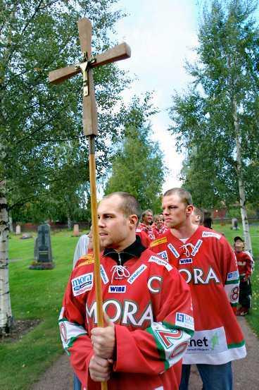 REDO FÖR KRIG Moras hockeykrigare drar ut i korståg – första anhalten innan allvaret var att bli välsignade i kyrkan i går.