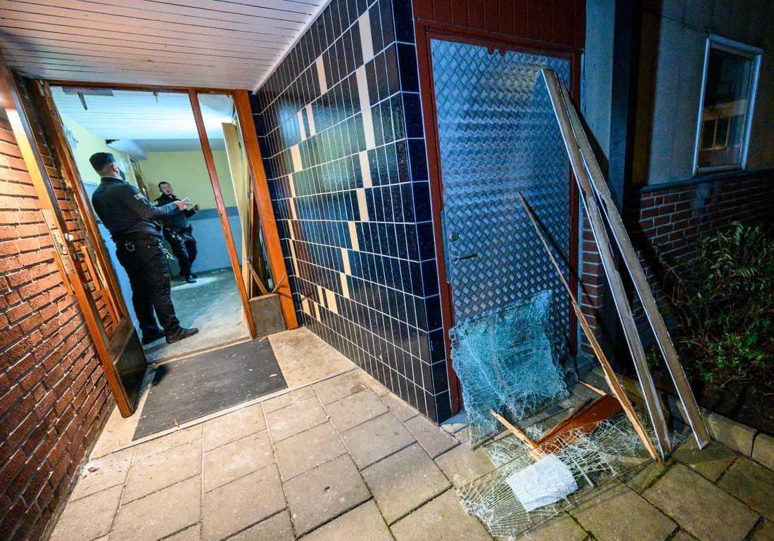 Skador i trapphuset efter att något detonerat i ett bostadshus i stadsdelen Drottninghög i Helsingborg natten till måndagen. Ingen person skadades.