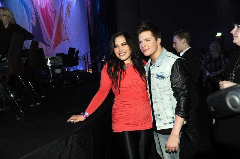 """Går skilda vägar Melodifestivalvinnaren Robin Stjernberg hade Molly Pettersson Hammar vid sin sida under både deltävlingar och finalen. De har varit ett par sedan 2011 men har nu gjort slut. """"Det var bådas val och vi tycker om varandra jättemycket ändå"""" säger Robin."""