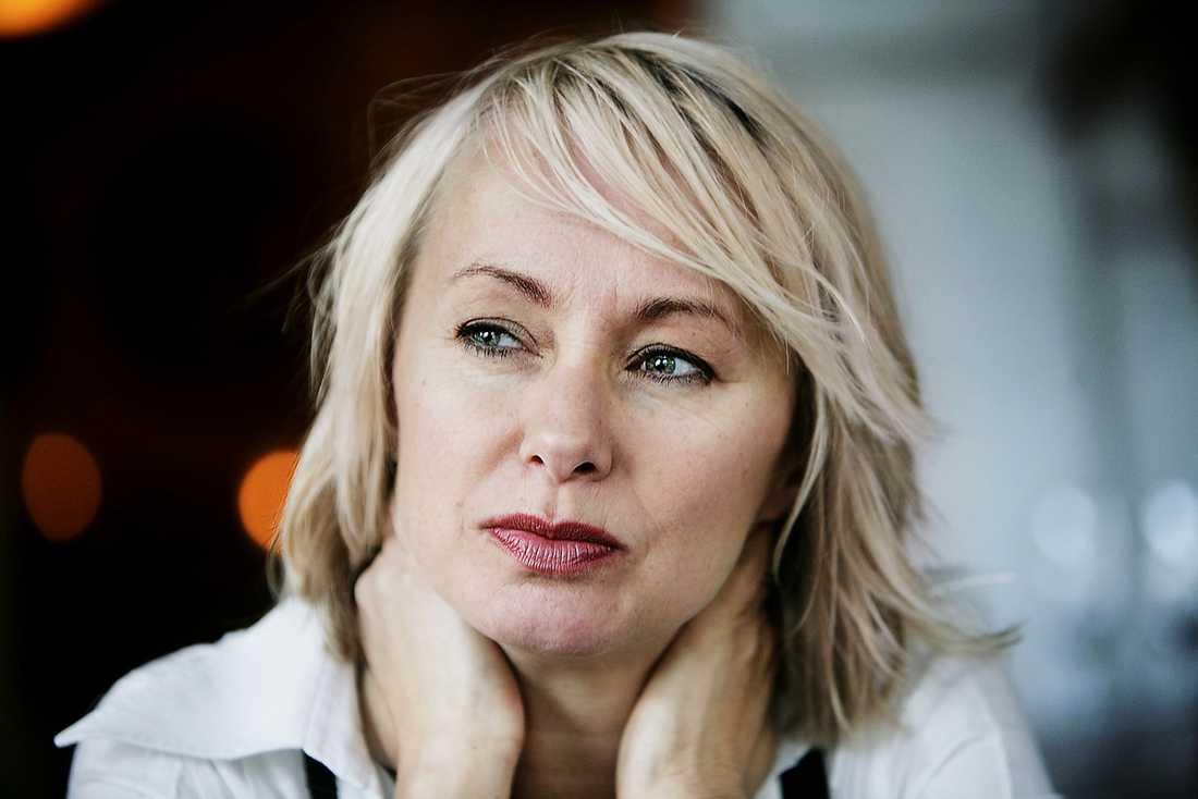 """SÅG ALLT SVART  Louise Hoffsten berättar för Nöjesbladets läsare om hur det kändes efter skilsmässan. """"Bitterhet är ett gift. Och det förtär en till slut"""", säger hon."""