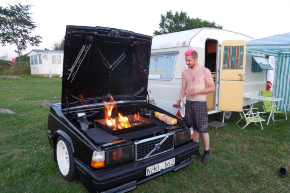 Jimmy Kvist med sin hembyggda bilgrill. Foto: Privat
