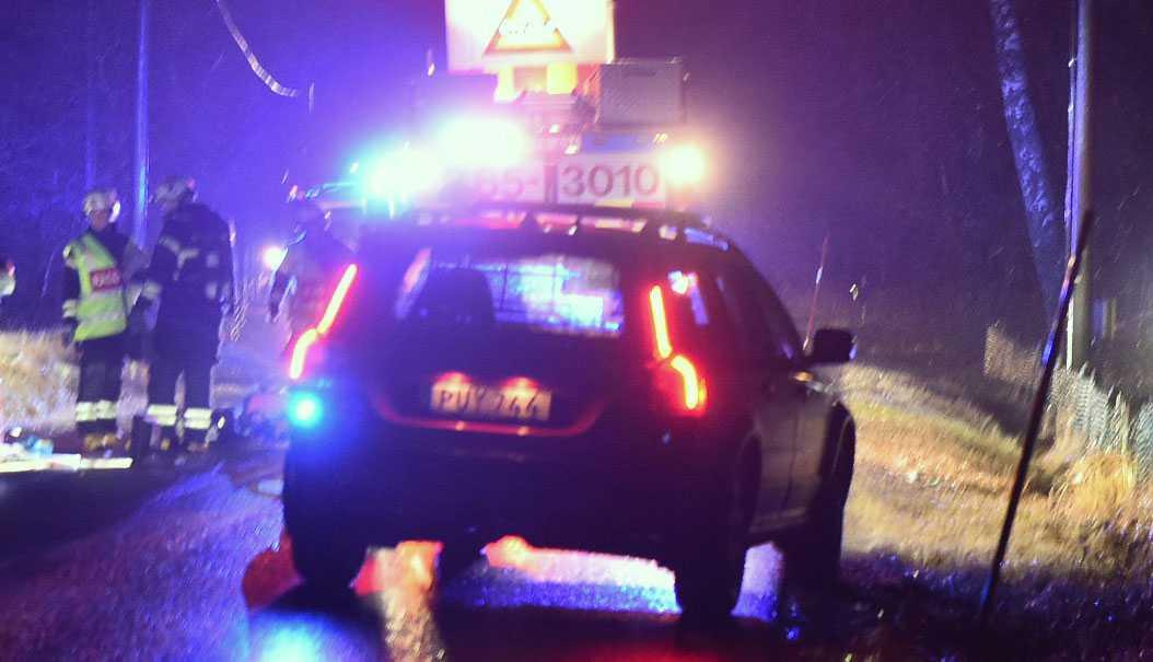 Polis på plats på väg 108 i Perstorps kommun där en personbil voltat av vägen.