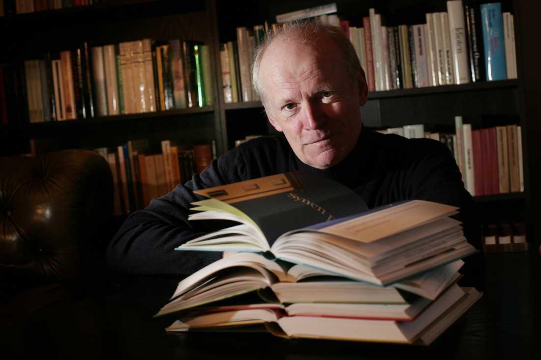 Göran Hägg med årets skolböcker i svenska. Bilden från 2008.