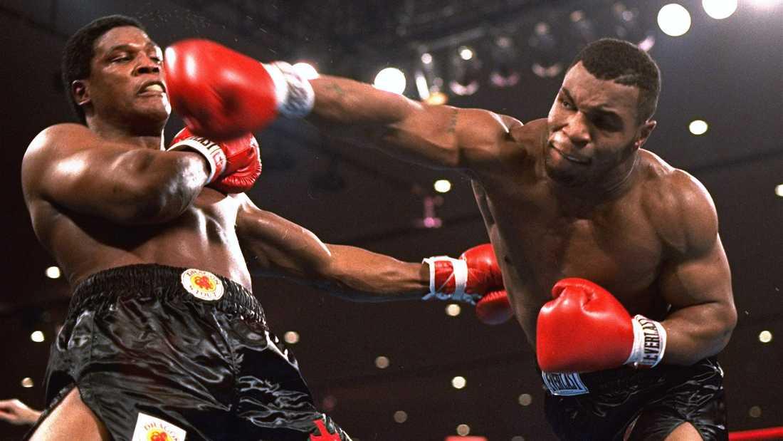 Blott 20-årige amerikanen Mike Tyson (1966-) erövrar WBC-bältet efter att ha vunnit titelmatchen mot kanadensaren Trevor Berbick (1955-2006) på teknisk knockout i Las Vegas den 22 november 1986. Tyson är den yngste boxaren som erövrat WBC-, WBA- och IBF-titeln.