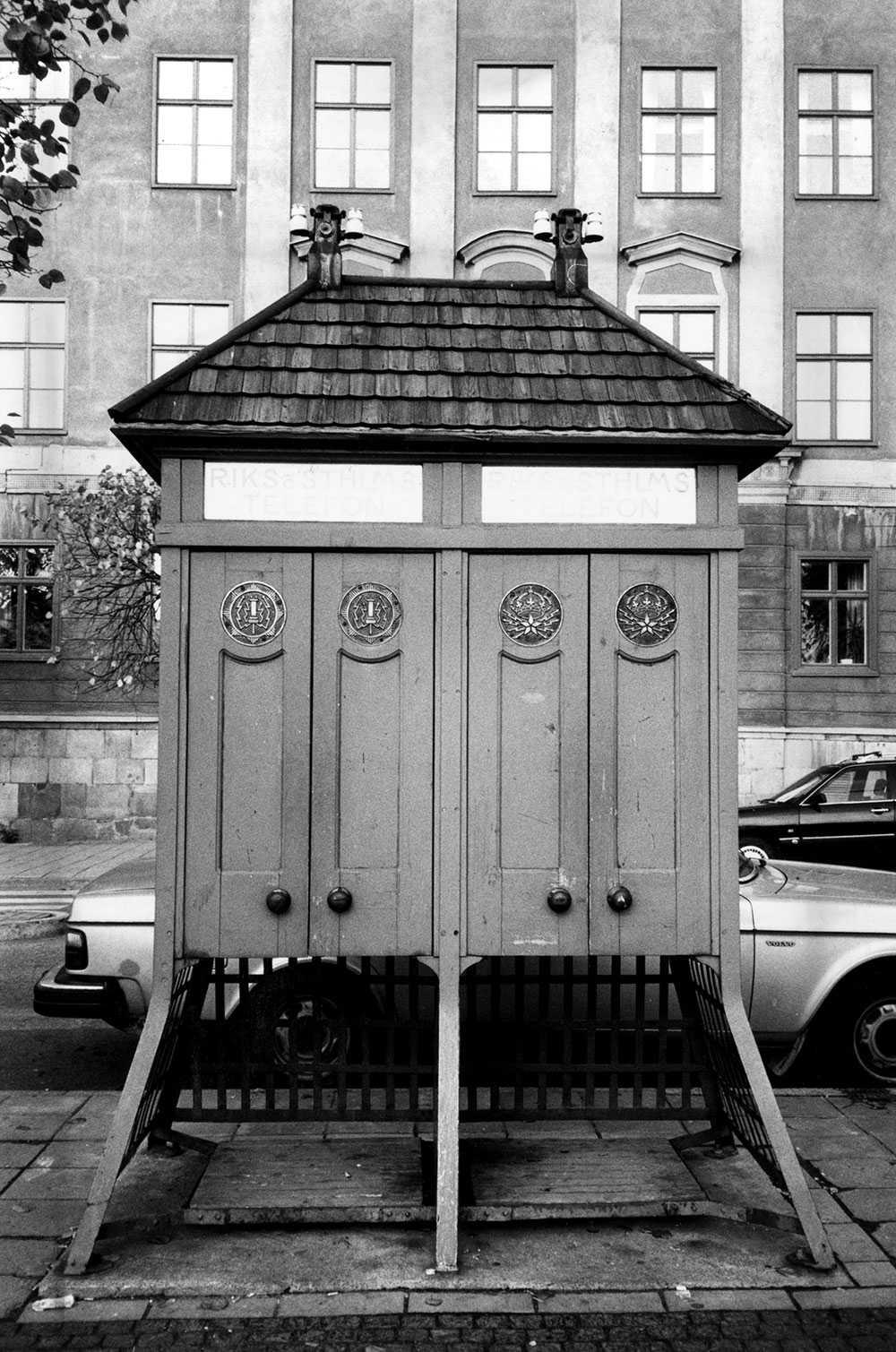Telefonkiosker av gammalt snitt på Kornhamnstorg i Stockholm.