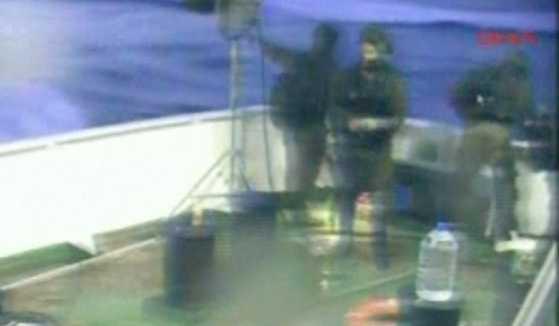 Militärer bordade skepp i konvojen Ship to Gaza på måndagsmorgonen, svensk tid. FOTO: AP