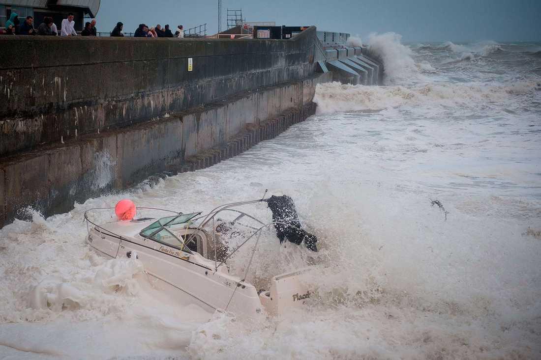 Hårda vindar slår mot Brighton i södra England på söndagseftermiddagen