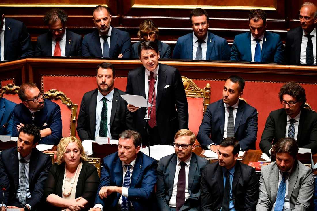 Inrikesminister, vice premiärminister och Legaledaren Matteo Salvini satt strax till vänster om premiärminister Giuseppe Conte när han meddelade att han avgår.