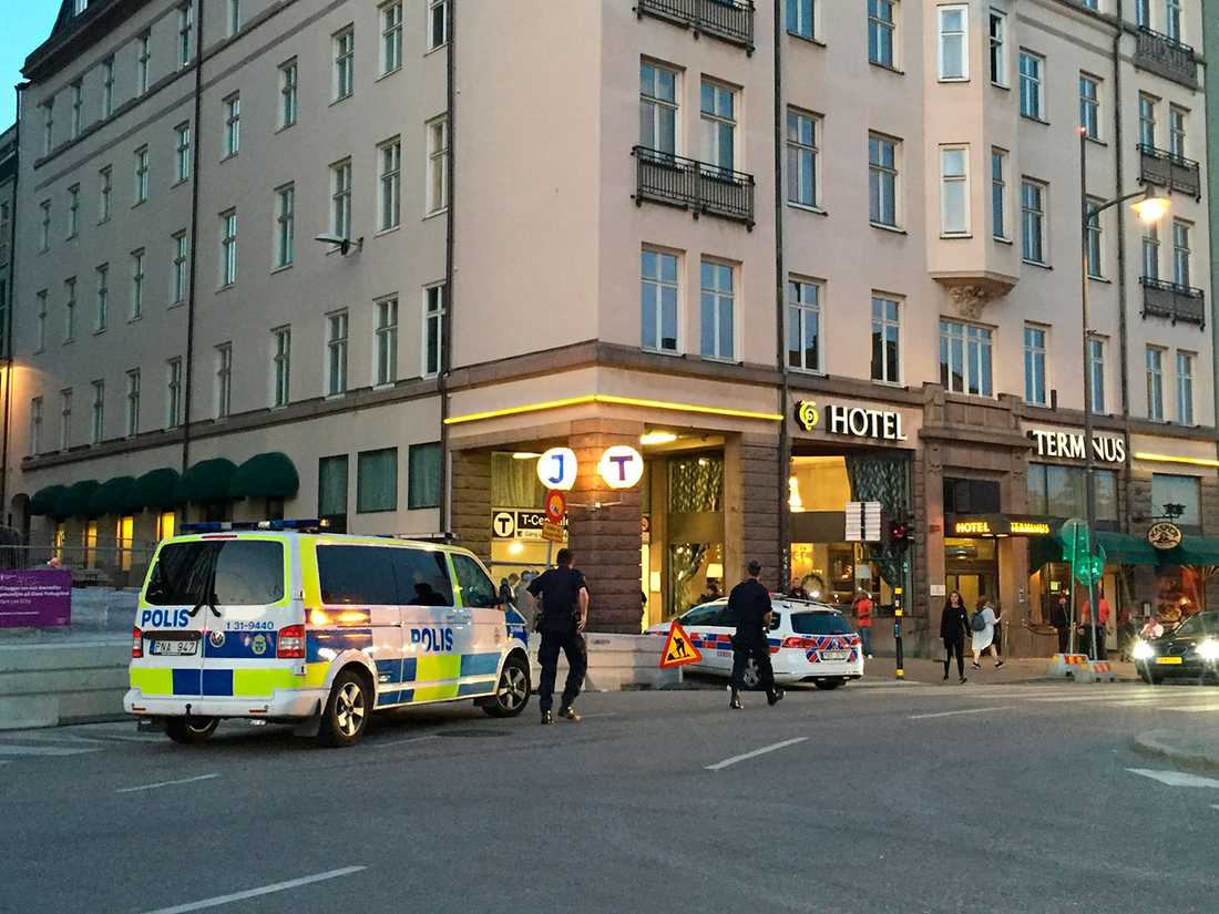 Polis på väg ner i tunnelbanan efter olyckan.