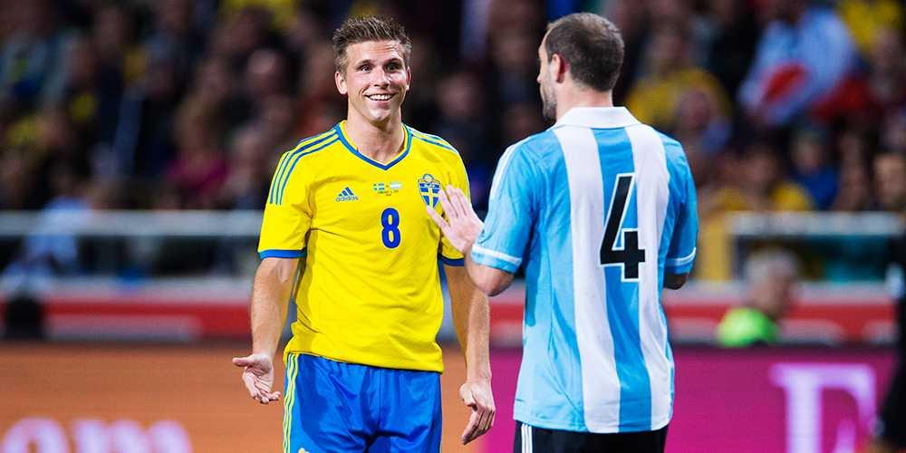 Drygt tio år efter frisparksmålet mot Argentina i VM 2002 fick Anders möta landet igen i träningsmatchen på Friends Arena i februari 2013. Här diskuterar han med Pablo Zabaleta.