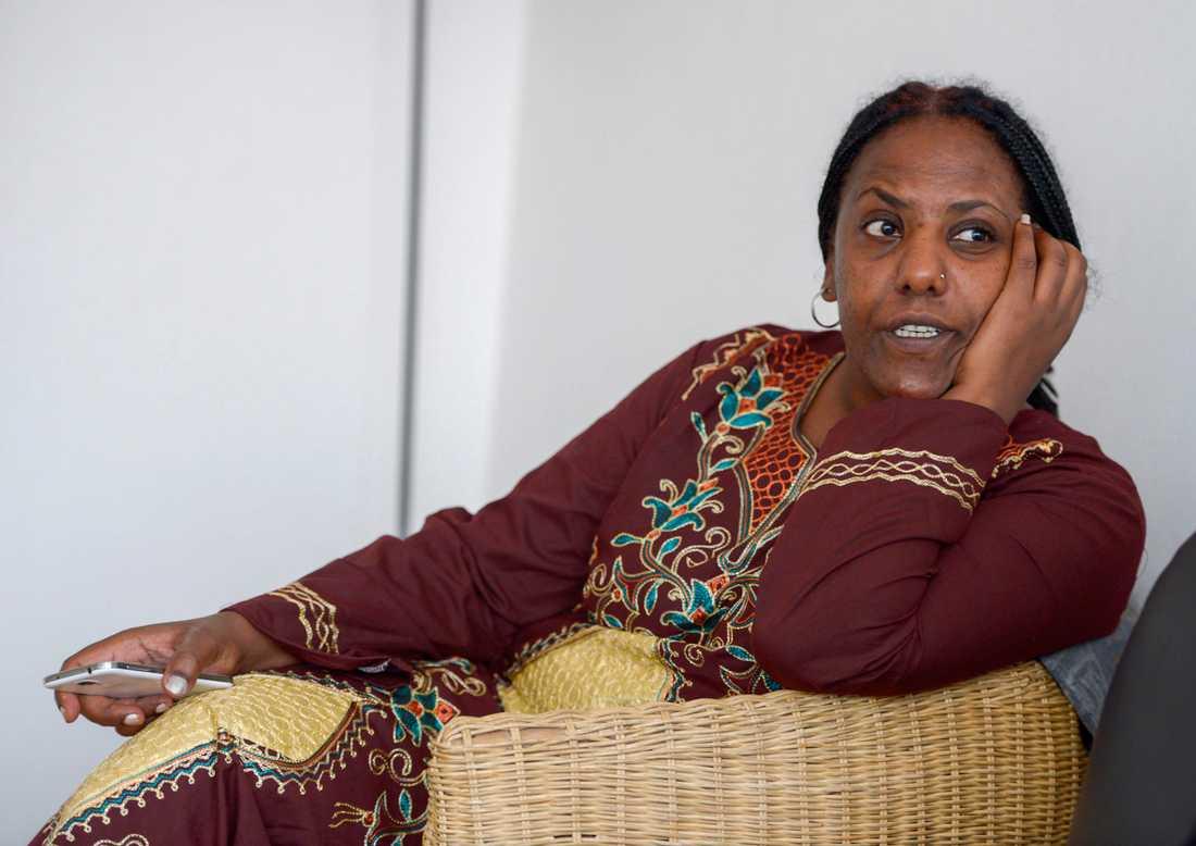"""Meron Estefanos, svensk-eritriansk journalist och människorättsaktivist som kartlagt människosmugglingen över Medelhavet, uppger att Mered """"Generalen"""" Medhanie har en rad hantlangare i Sverige. Hon är även kritisk mot polisens arbete."""