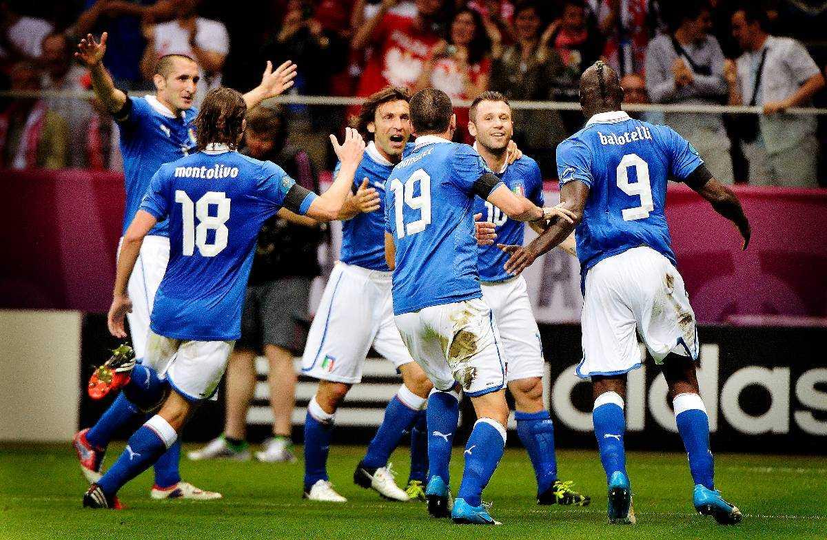 TRONFÖLJARNA  Italien kan i kväll bryta Spaniens dominans i världsfotbollen. Få trodde det när EM inleddes för en knapp månad sedan – det italienska laget skakades då av en spelskandal och inget tydde på denna framgång.