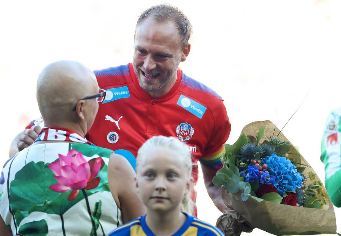 Andreas Granqvist fick ta emot en blomsterbukett före avspark.