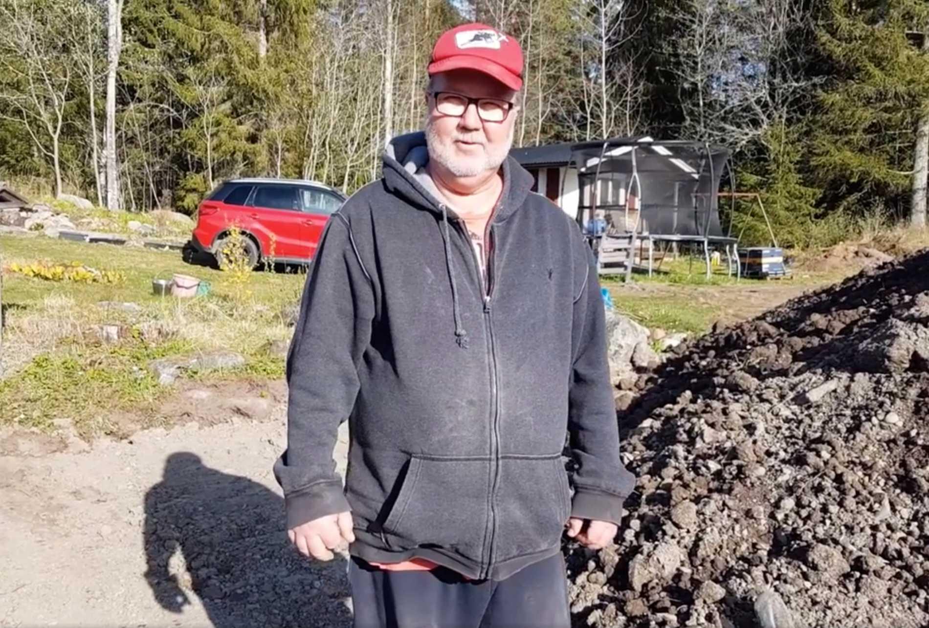 Bengt Wiberg, framför jordhögen där flaskposten upptäcktes.