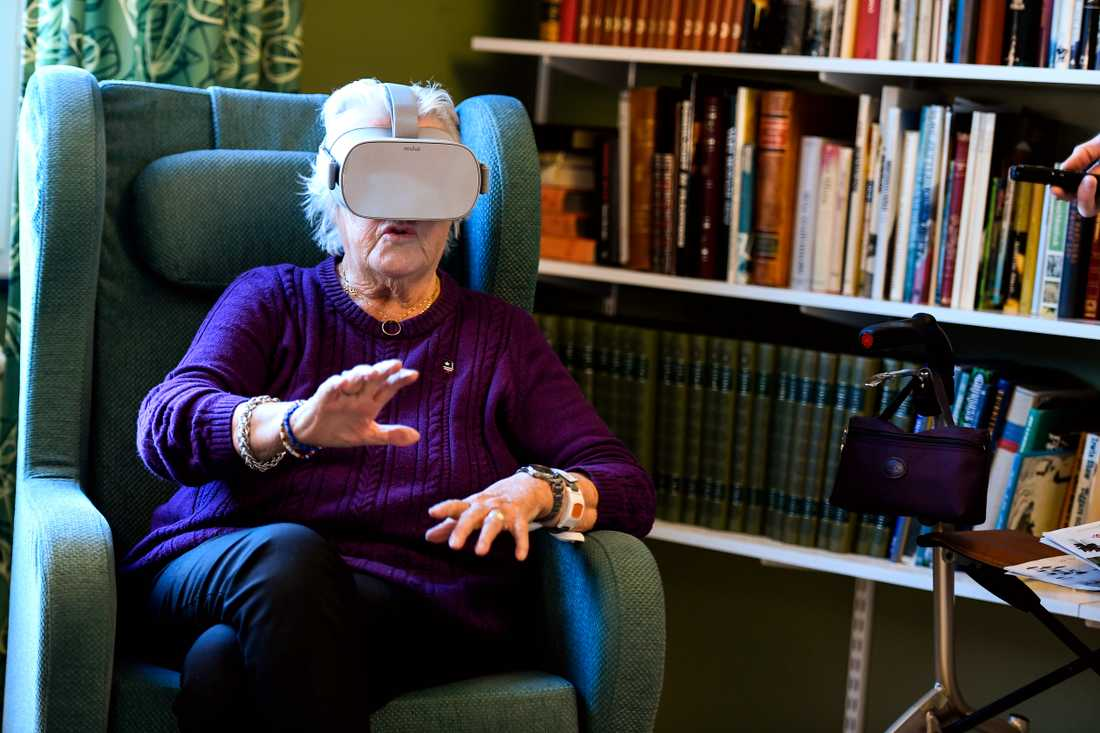 Pensionären Anne-Marie Engström upplever VR-teknik på Enebergs äldreboende i Norrtälje som ett komplement till riktiga utflykter.