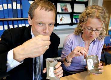 """Äter rymdyoghurt Christer Fuglesang och Kajsa Ohlson provsmakar """"färsk"""" rymdyoghurt - på jorden. I februari 2006 ska Fuglesang äntligen ut i rymden efter tretton års väntan."""